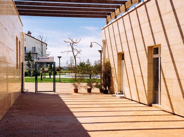 sklenené dvere na modernej budove.jpg