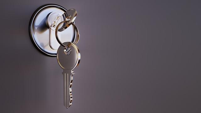 bezpečnostný kľúč vo dverách.jpg