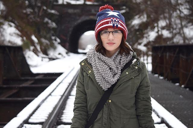 Žena, zima, tunel.jpg