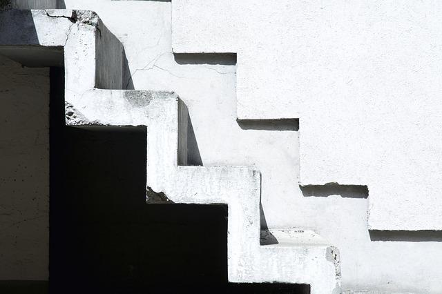 Betónové schody bez zábradlia.jpg