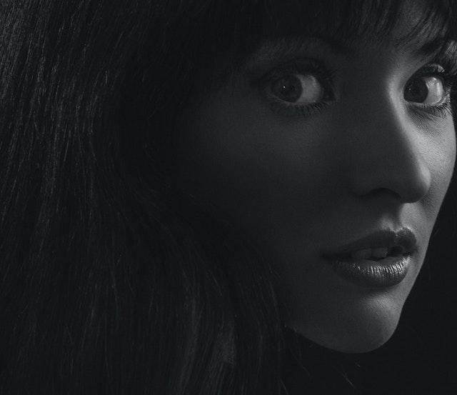 Žena s čiernymi vlasmi a prekvapeným výrazom