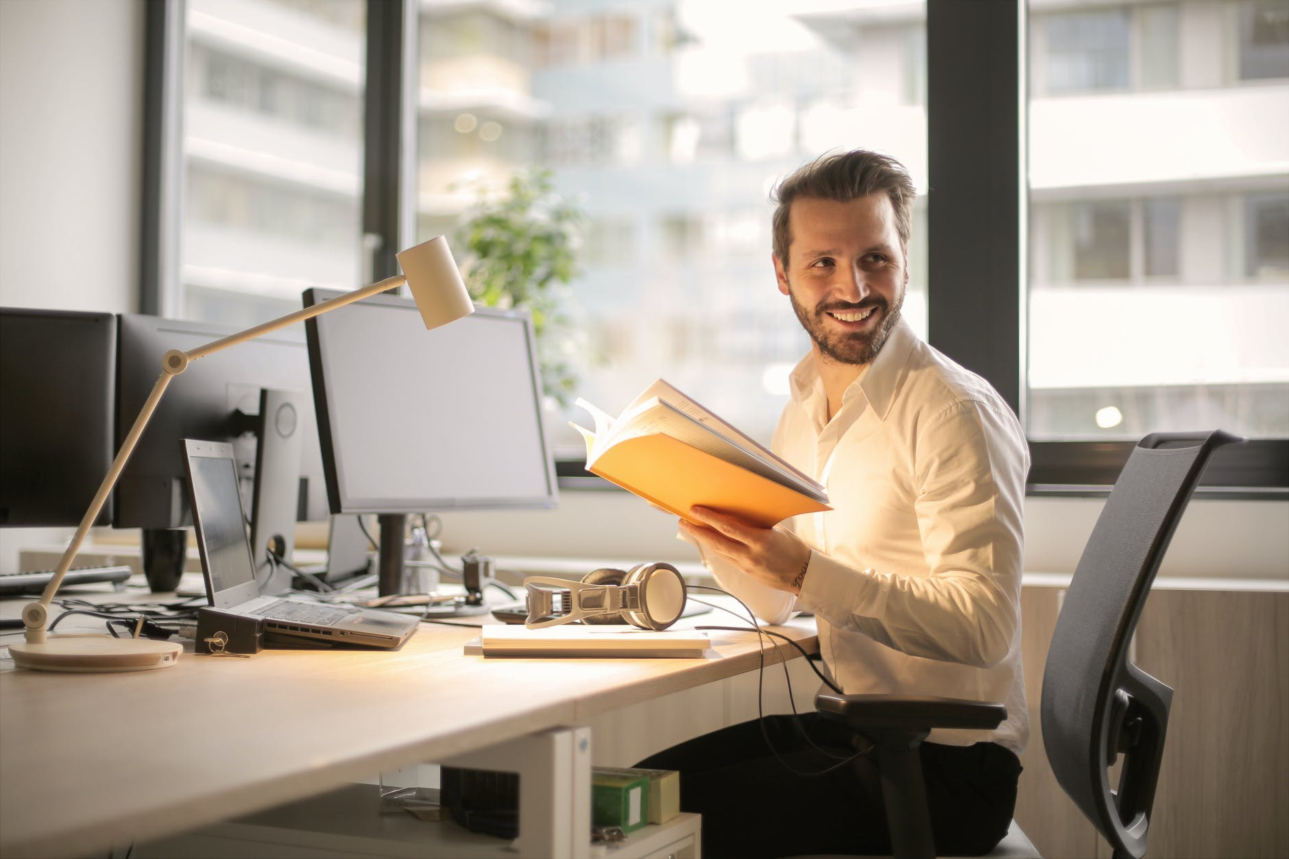 muž v kancelárii