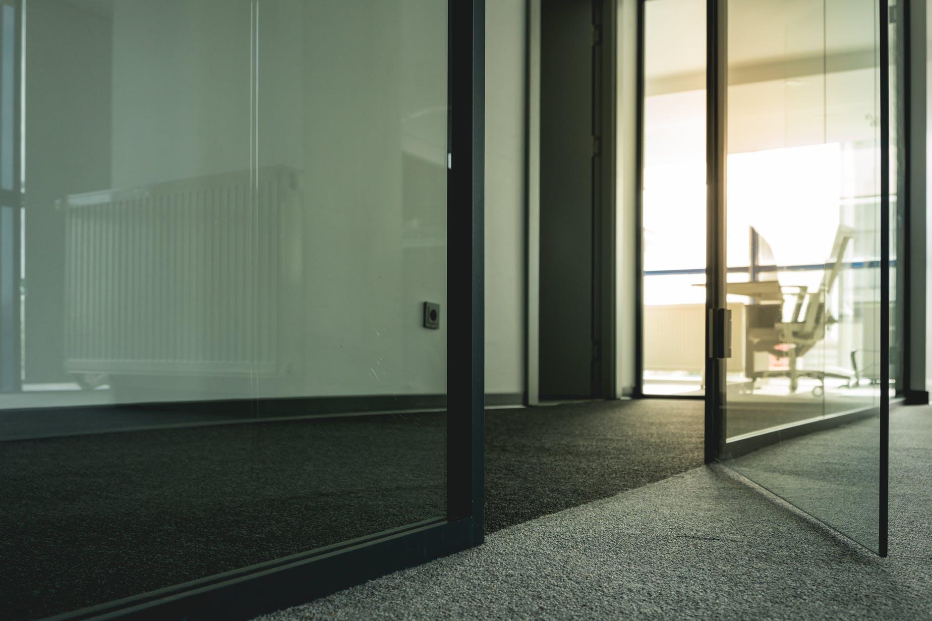 otvorené sklenené dver